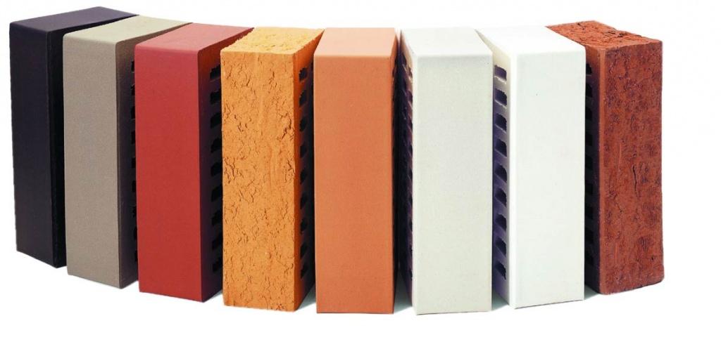 Современные кирпичи можно разделить на две основные группы — силикатные и керамические