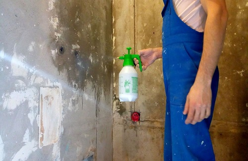 перед оштукатуриванием достаточно просто смочить стену